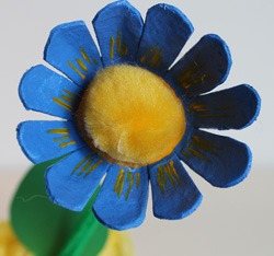 Dites le avec des fleurs en carton d oeufs article animassiettes - Fleur en carton ...