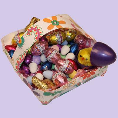Panier de Pâques avec une assiette carrée